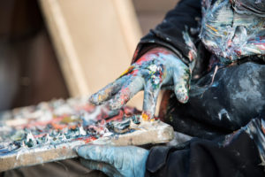 Christopher Lehmpfuhl malt mit den Fingern