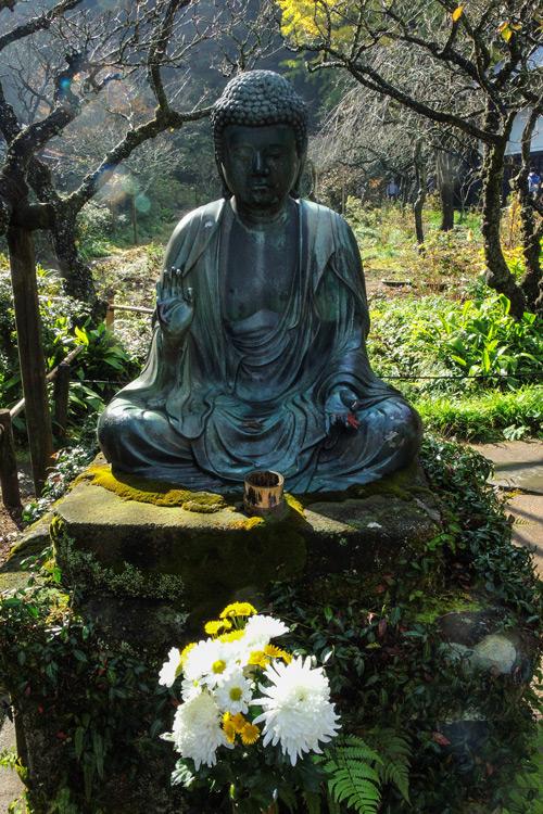 Buddha im Tempelbereich von Kamakura