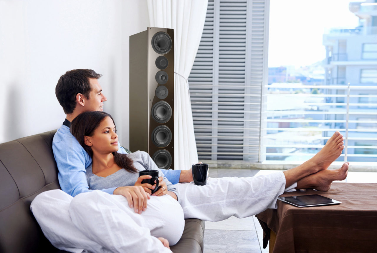 Paar im Wohnzimmer mit nuVero 140