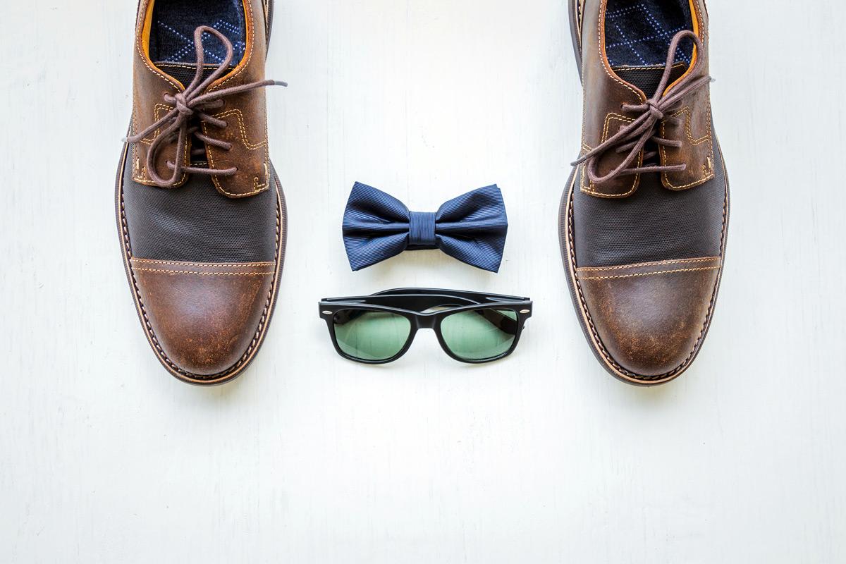 Herren-Outfit: Schuhe, Fliege und Sonnenbrille