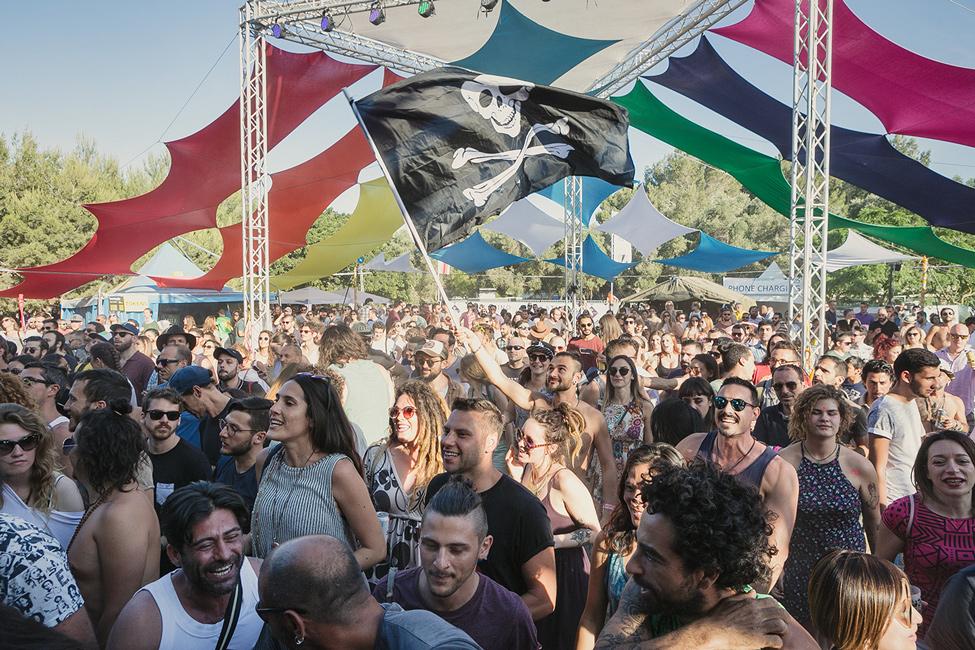 Besucher beim Earth Garden Festival in Malta, bei dem Musik abseits des Mainstreams gespielt wird