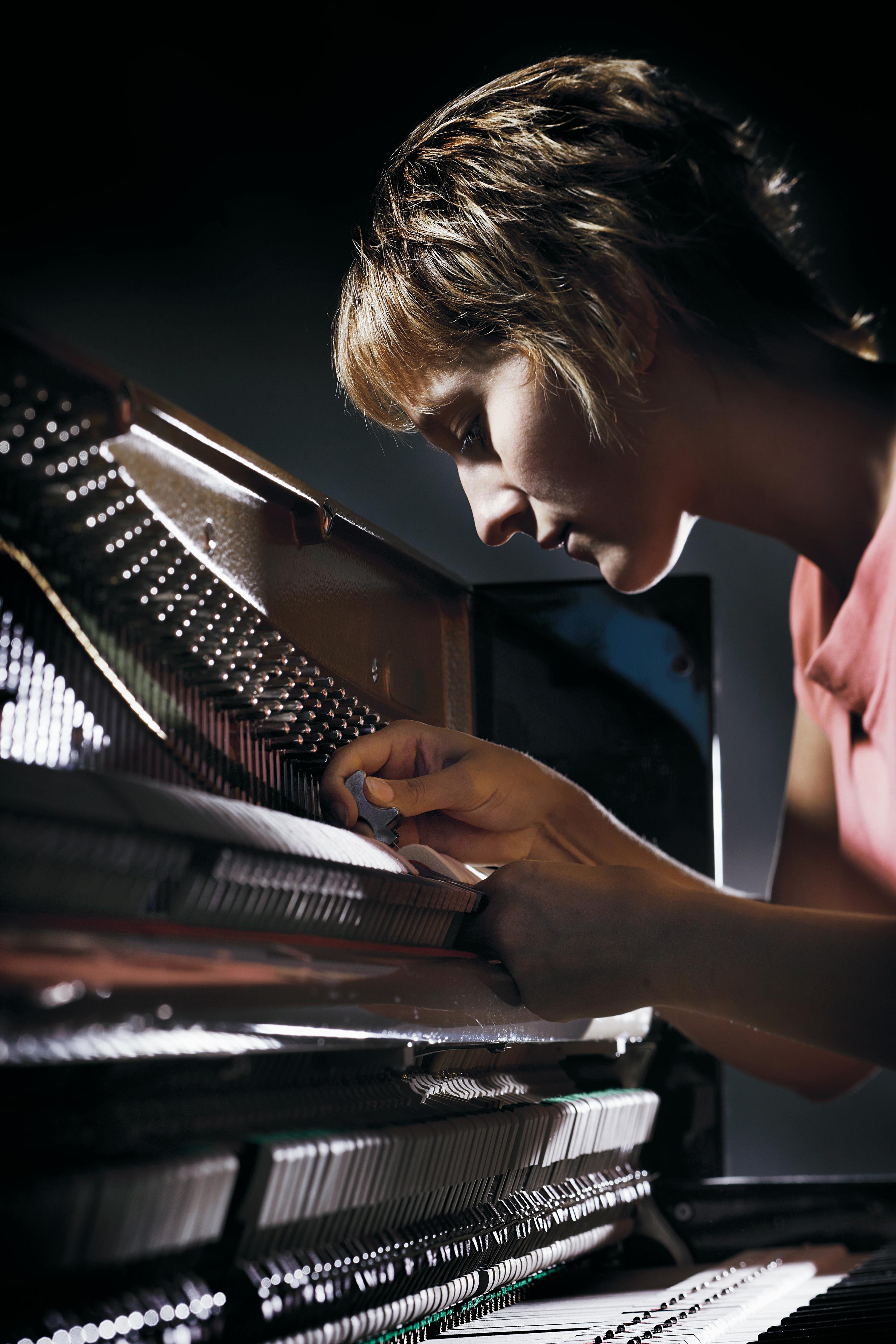 Mitarbeiterin Katrin Schmidt tariert das Spielwerk des Instruments aus
