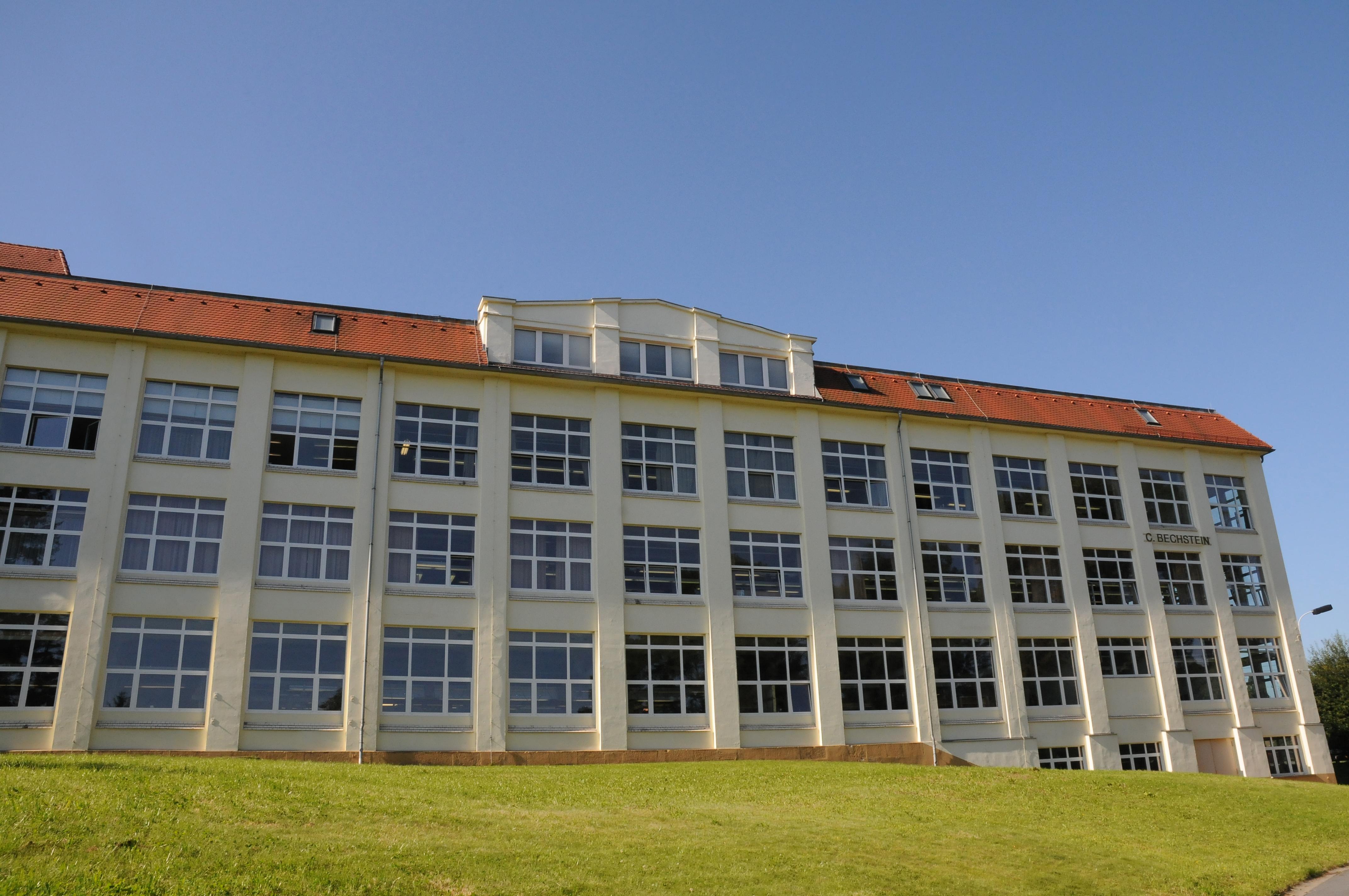 Das Gebäude der Pianoforte-Manufaktur C. Bechstein ist im sächsischen Seifhennersdorf auch kultureller Treffpunkt für Konzerte