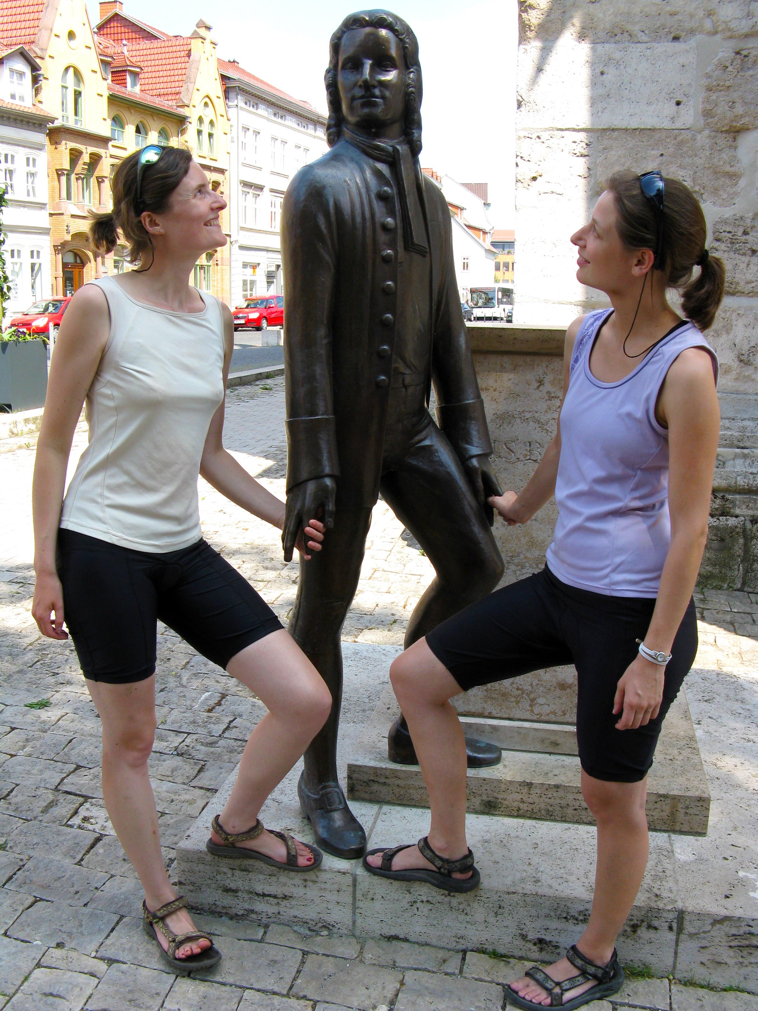 Die beiden Organisatorinnen am Bach-Denkmal in Mühlhausen