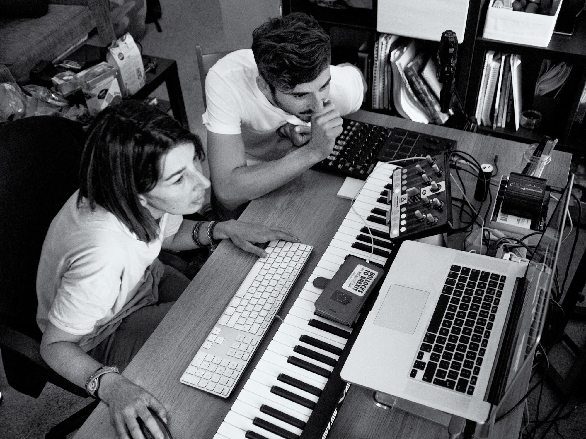 """Ben Corrigan und Musikerin Mira Calix tüfteln an der Abschlusskomposition für """"excuse the mess"""""""