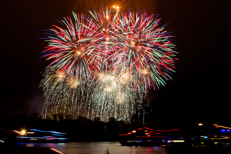 Rhein in Flammen: Feuerwerk und beleuchtete Schiffe