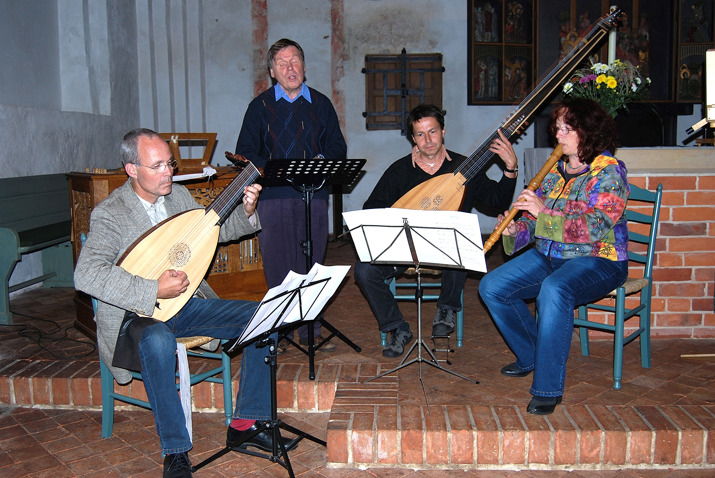 Lothar Littmann singt in einer Kirche, begleitet von drei Instrumentalisten © Manuela Wittl