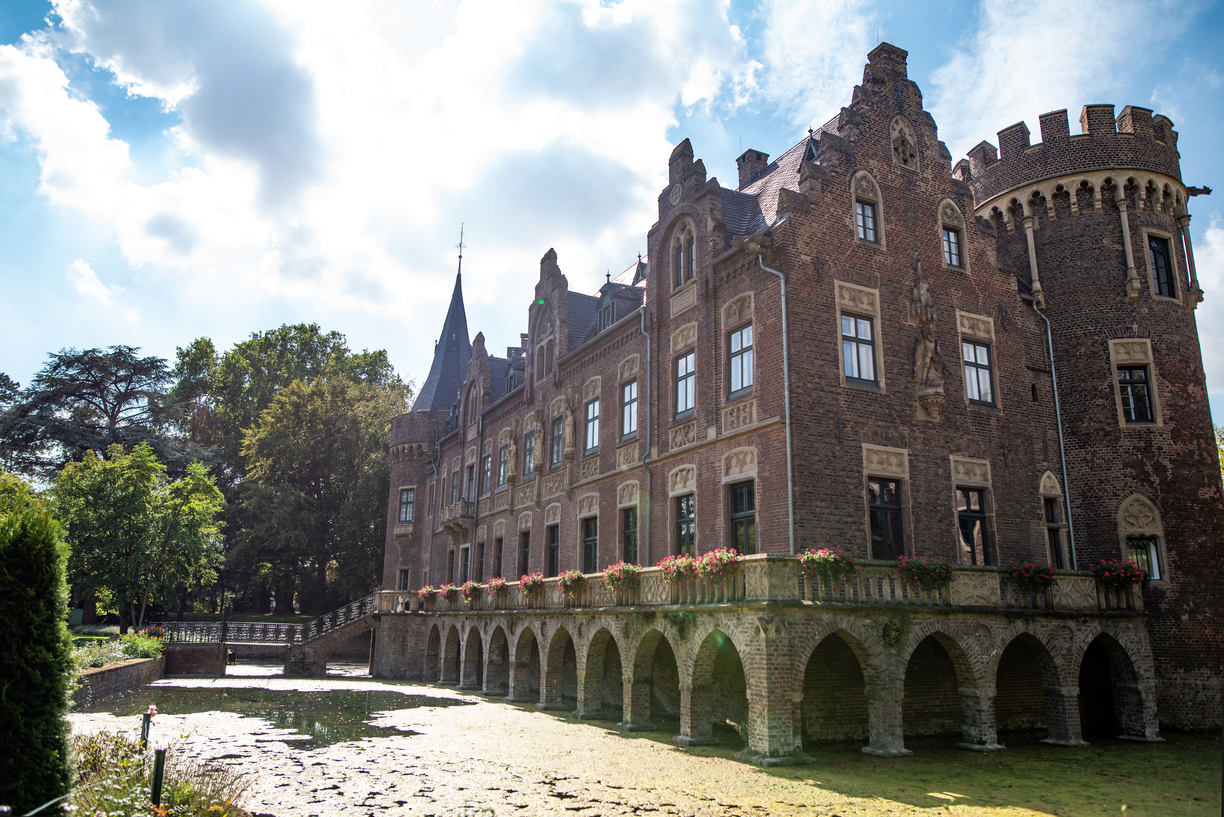 Schloss Pfaffendorf: Spielstätte für ein Musikpicknick der Offenbach-Gesellschaft Köln