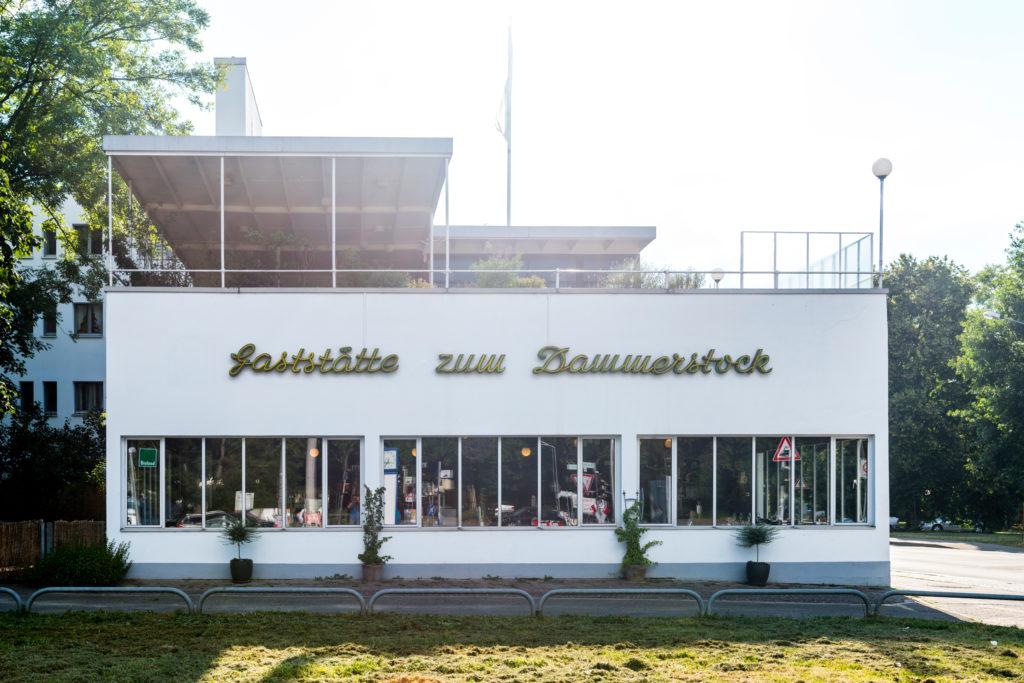 In einem 1928 von Walter Gropius entworfenen, denkmalgeschützten Gebäude in der Karlsruher Dammerstocksiedlung ist heute ein Restaurant beheimatet