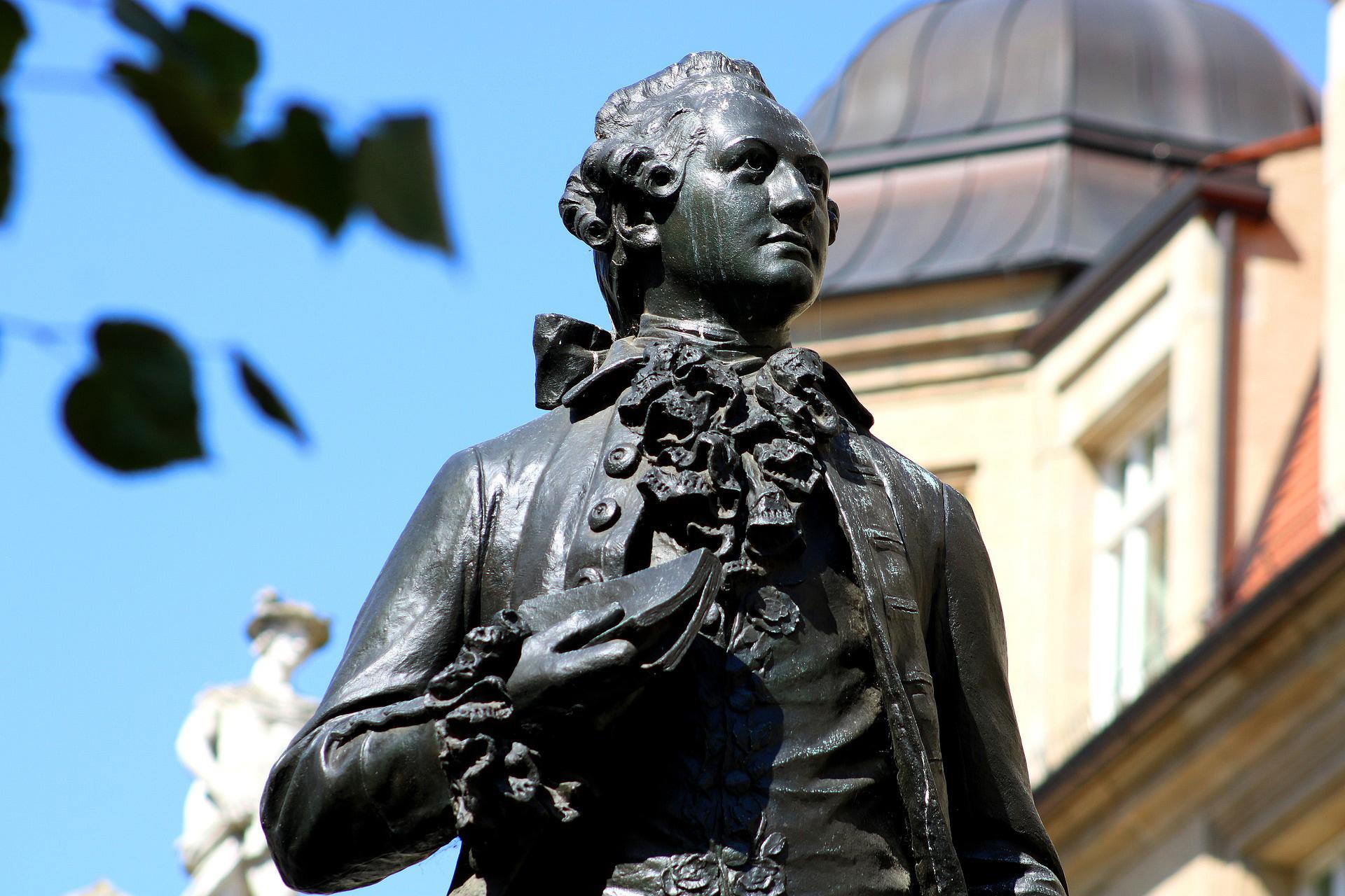 Das Goethe-Denkmal in Leipzig. Junge, aufstrebende Musiker haben dem Dichter regelmäßig vorgespielt. So auch die 12-jährige Clara Schumann © scholacantorum/Pixabay
