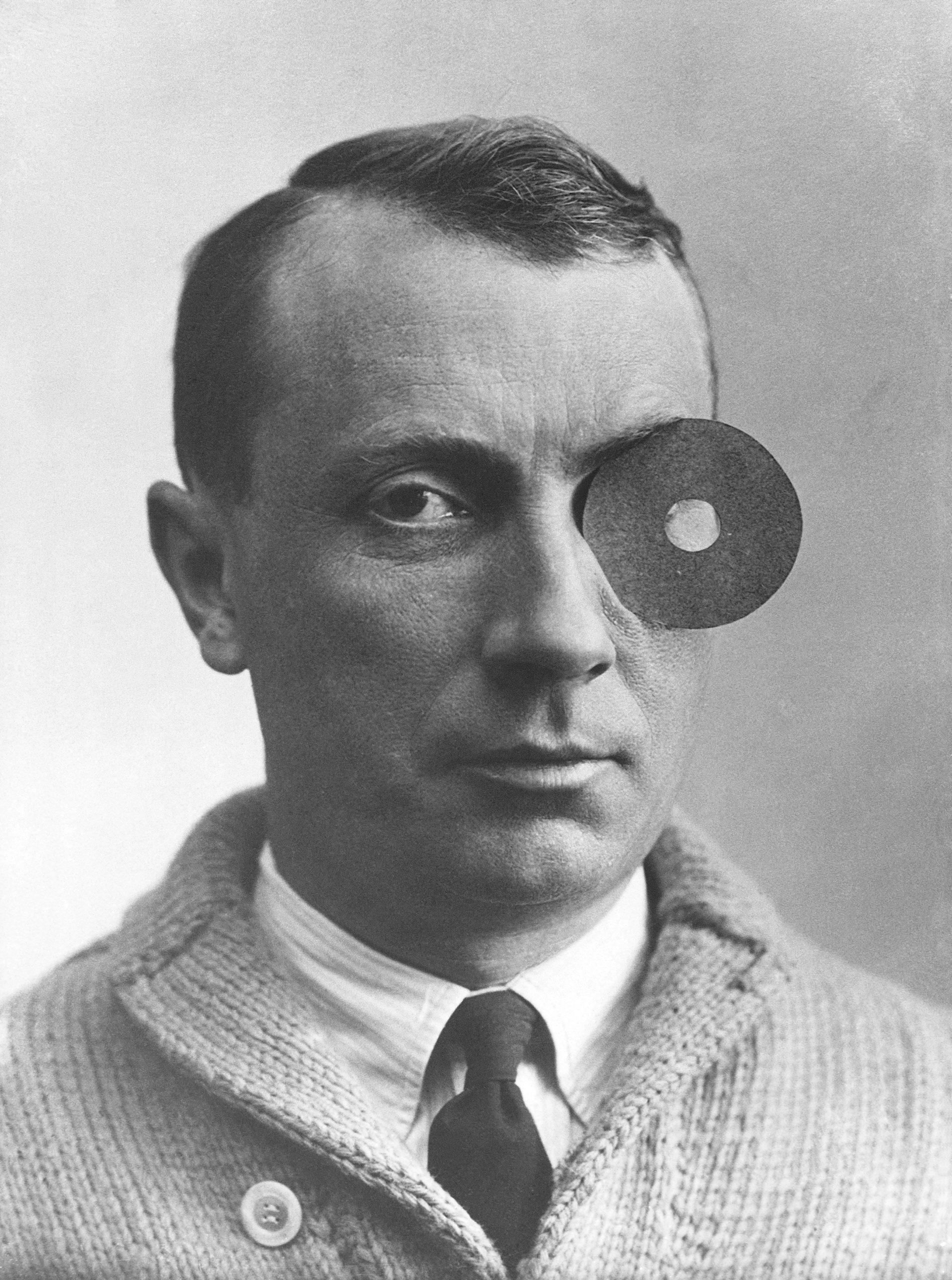 Der Maler und Bildhauer Hans Arp mit Nabelmonokel (1926) © VG Bild-Kunst, Bonn 2014