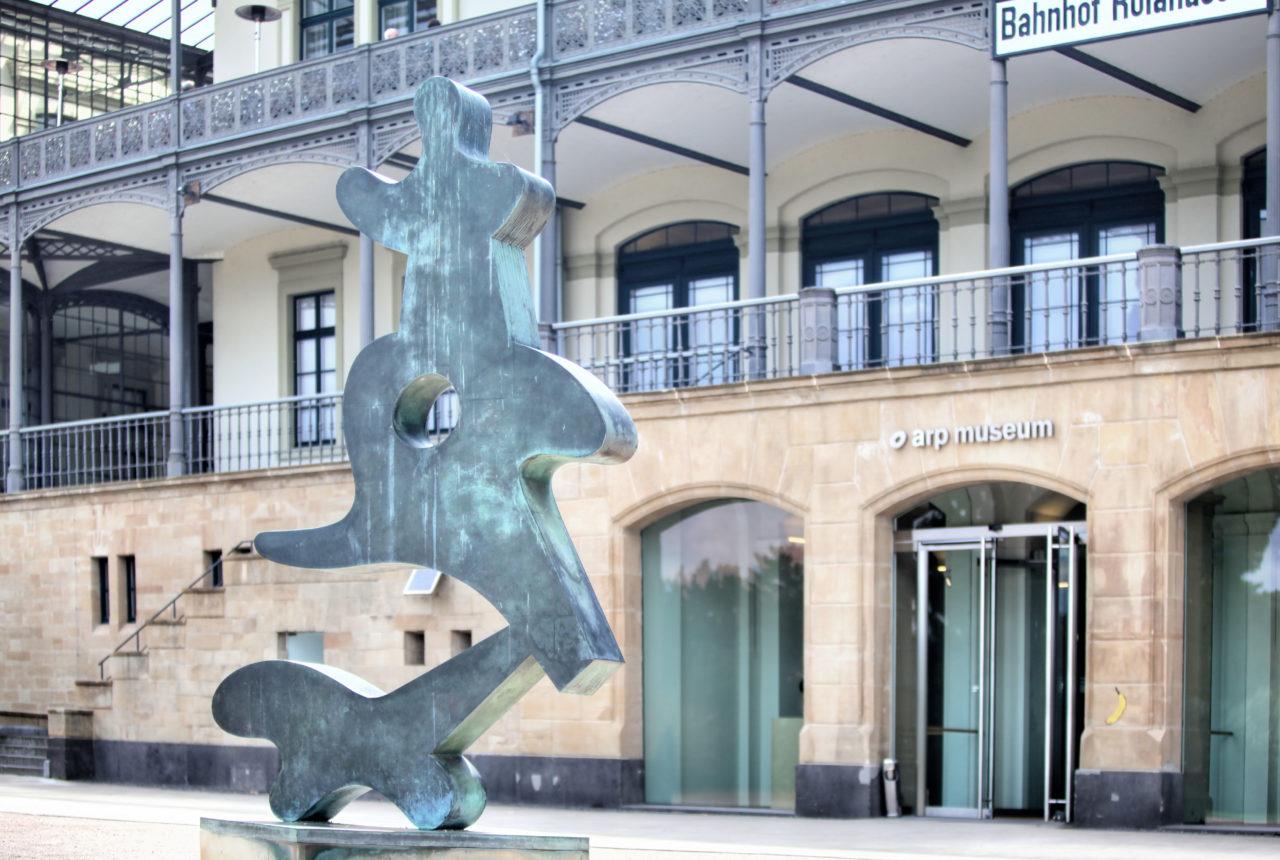 """Der Vorplatz des Arp Museums Bahnhof Rolandseck mit der Skulptur """"Bewegtes-Tanzgeschmeide"""" von Hans Arp © Mick Vincenz"""