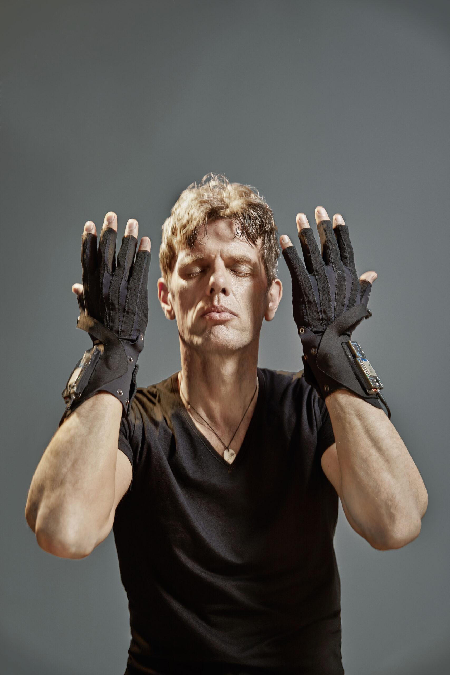 Erforscht neue Klangwelten: Ralf Schmid mit seinen MI.MU Gloves © Gregor Hohenberg
