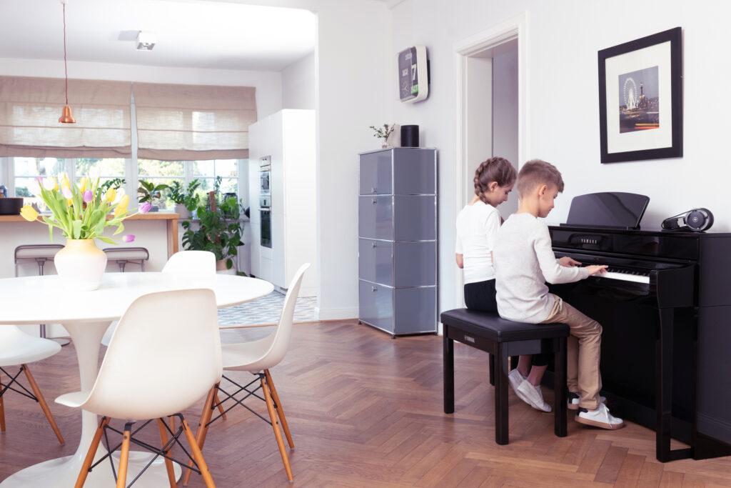 Musizieren mit dem neuen Yamaha-CLP735 macht zu zweit gleich doppelt so viel Spaß © YAMAHA Music Europe