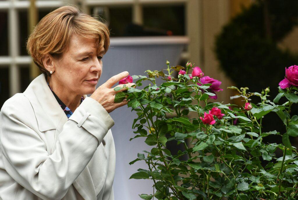 """Eine der beiden Taufpatinnen der Rose """"Für Elise"""" ist Elke Büdenbender, Ehefrau des Bundepräsidenten Frank-Walter Steinmeier © Sascha Engst/Bundesstadt Bonn"""