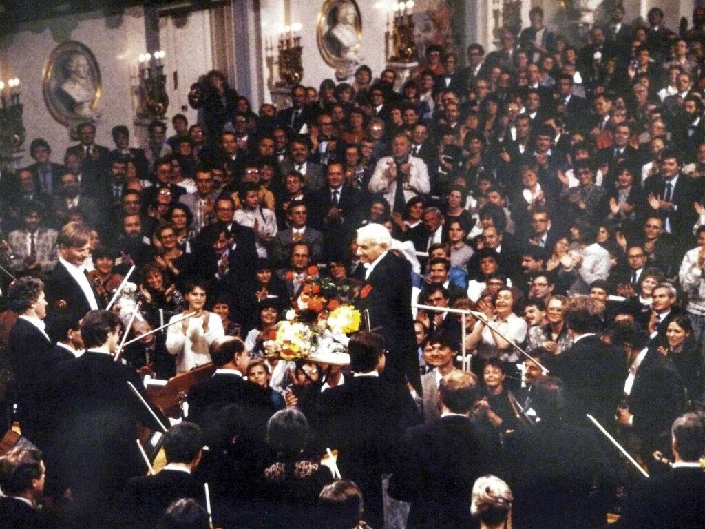 Leonard Bernstein dirigierte am ersten Weihnachtstag 1989 Beethovens neunte Sinfonie im Ost-Berliner Schauspielhaus am Gendarmenmarkt © Ludwig Schirmer