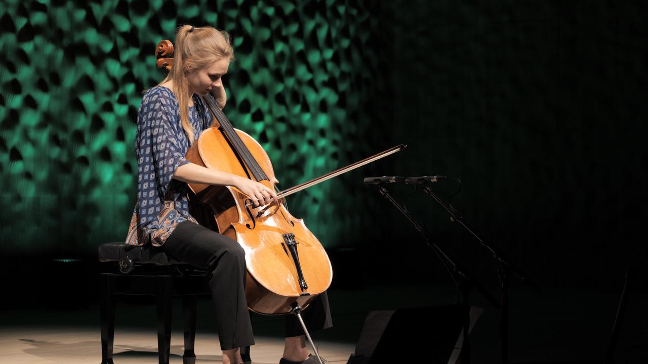 Valerie Fritz während des Dokumentationsdrehs in der Hamburger Elbphilharmonie.