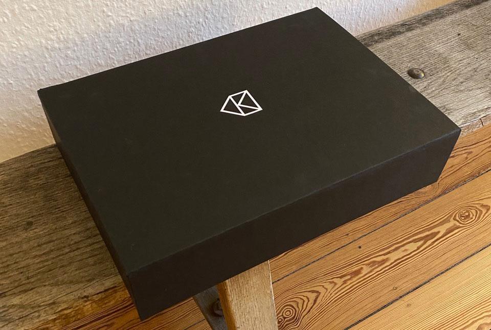 Beinhaltet kuratierte Kulturangebote für zu Hause: Die PostKultur-Box